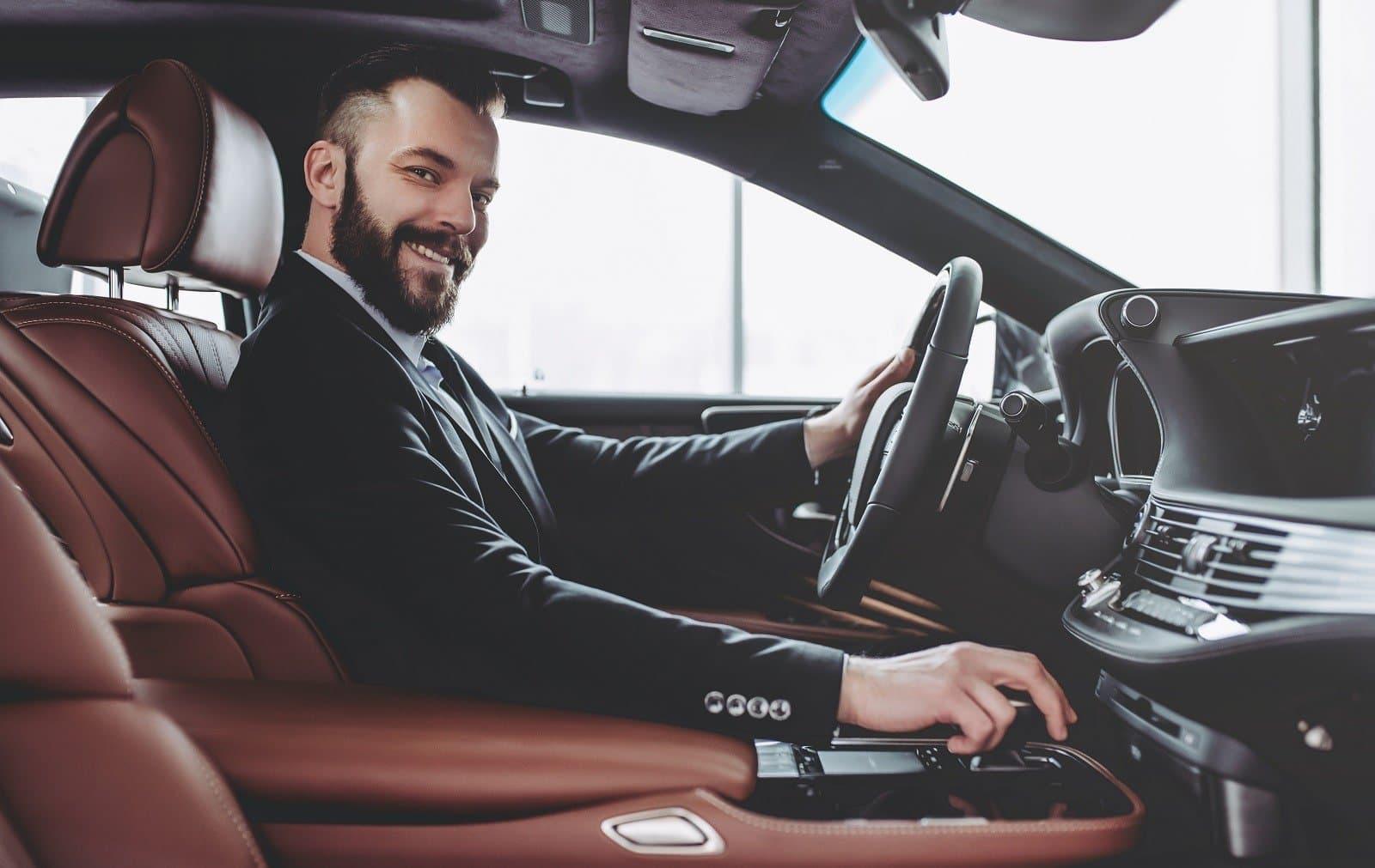 Mann in neuem Auto