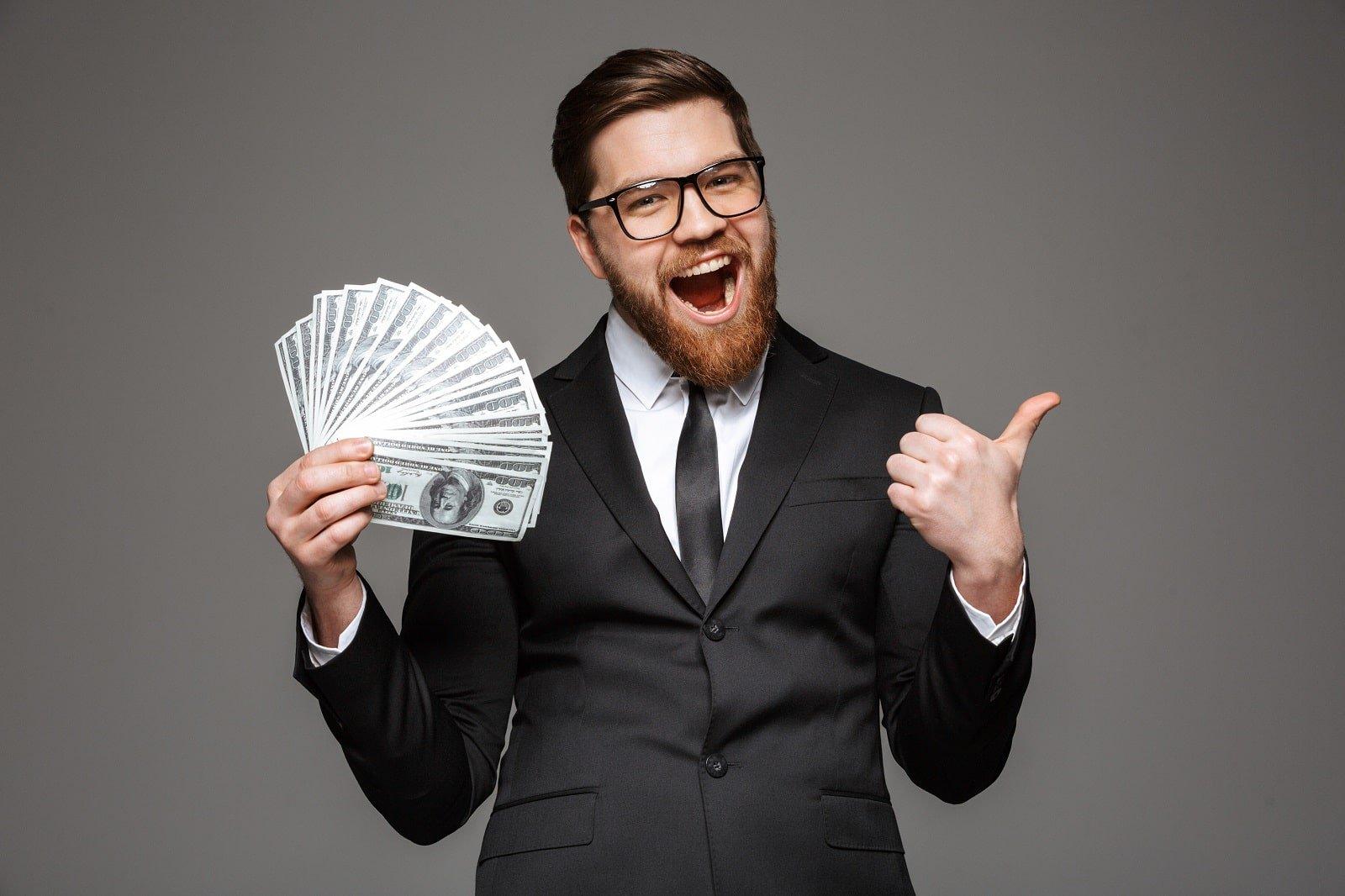 Mann mit Geldfächer in der Hand