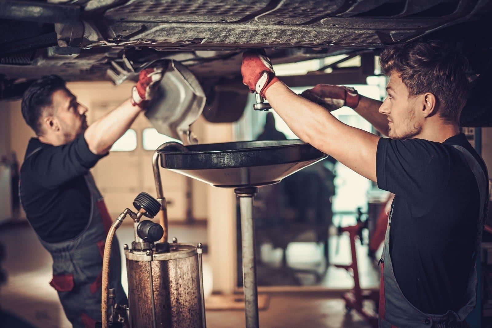 Zwei Männer reparieren Auto
