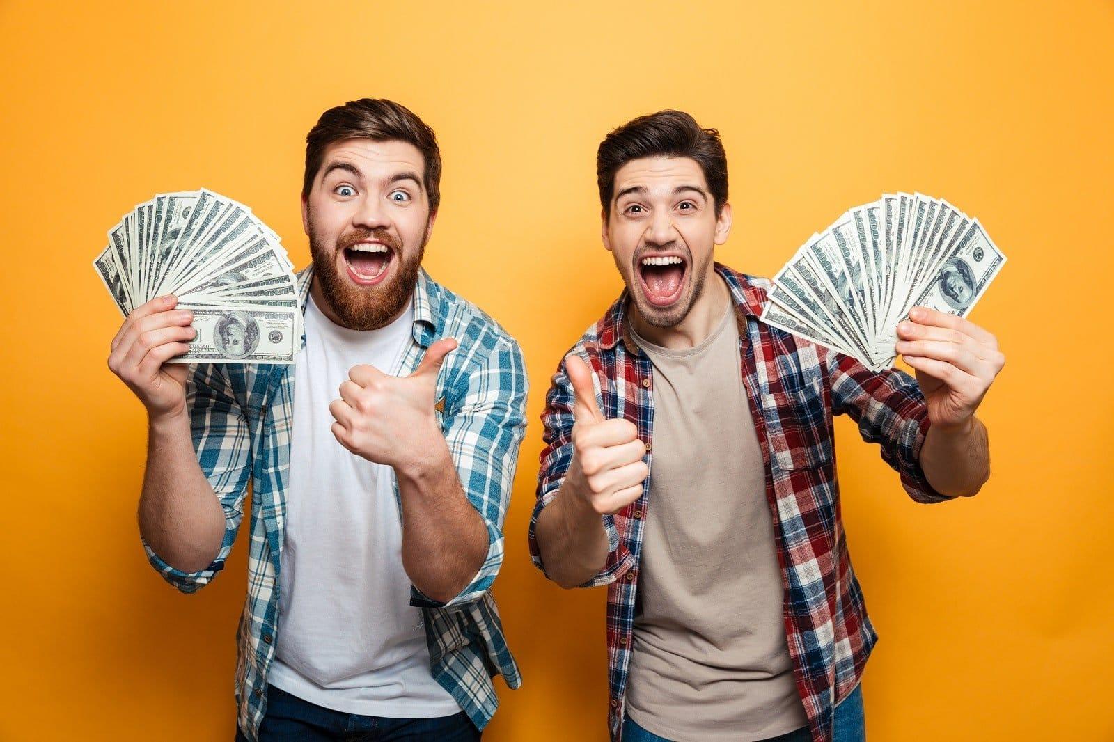 2 männer mit 2 geldfächern