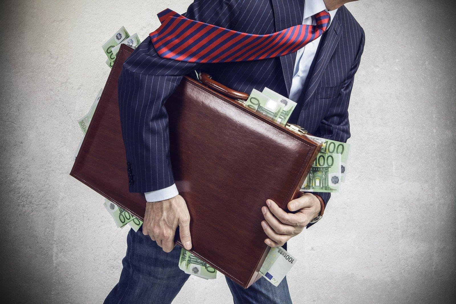 mann mit vollem Geldkoffer
