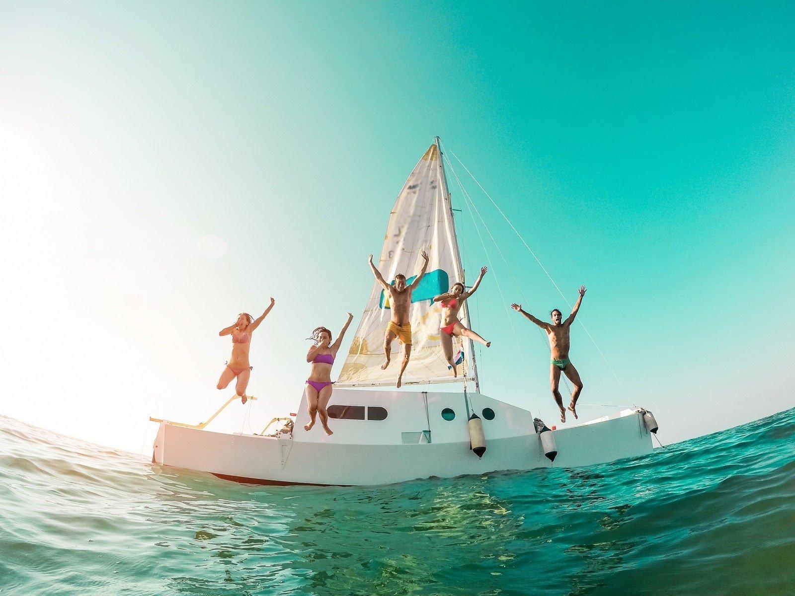 menschen springen von boot