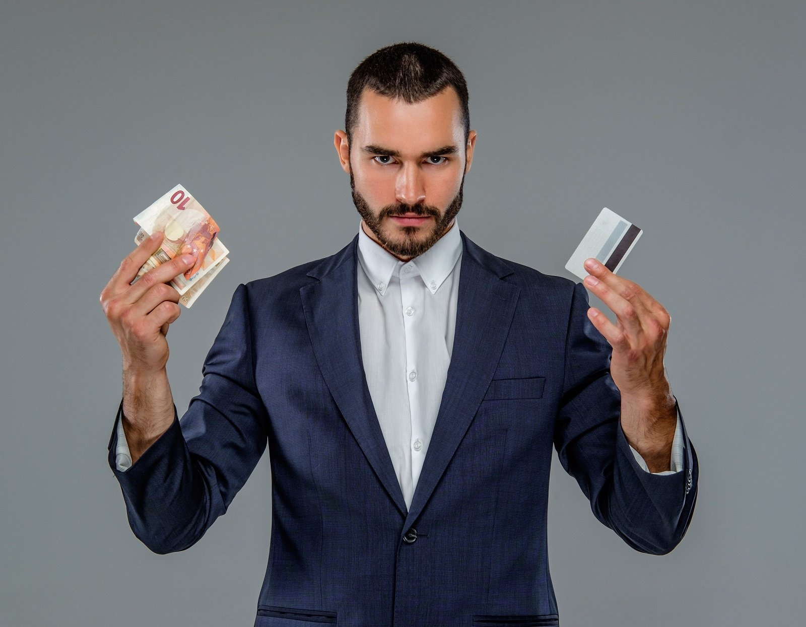 mann mit Geld und Karte in der Hand